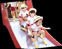 滑り台で遊ぶ園児たち