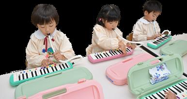 鍵盤ハーモニカを吹く園児